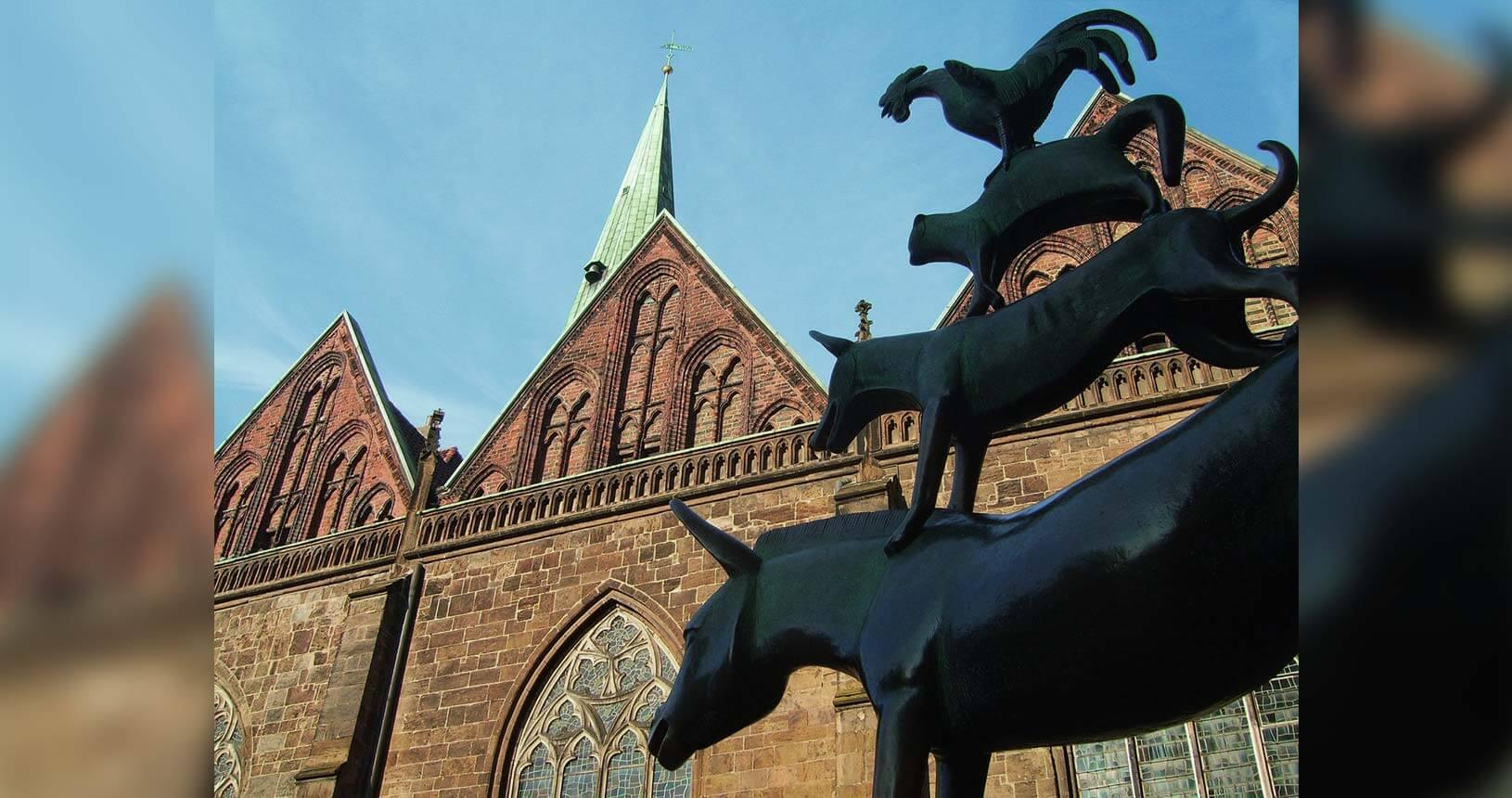 Skulptur der Bremer Stadtmusikanten vor Unserer Lieben Frauen Kirche im Anschnitt