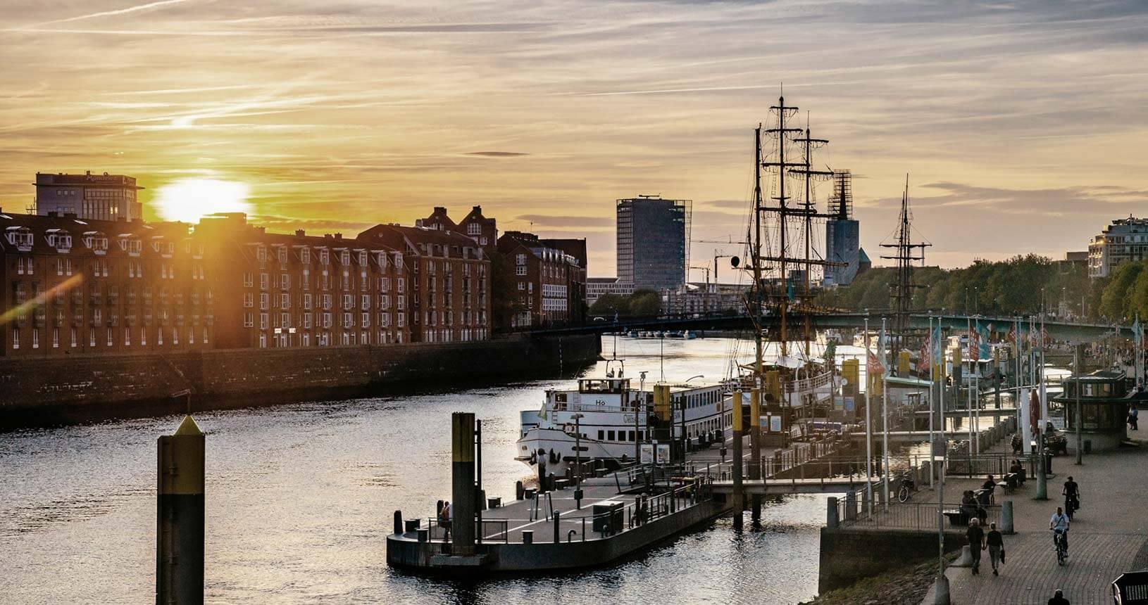 Blick über die Weser auf die Teerhofinsel mit historischem Segler