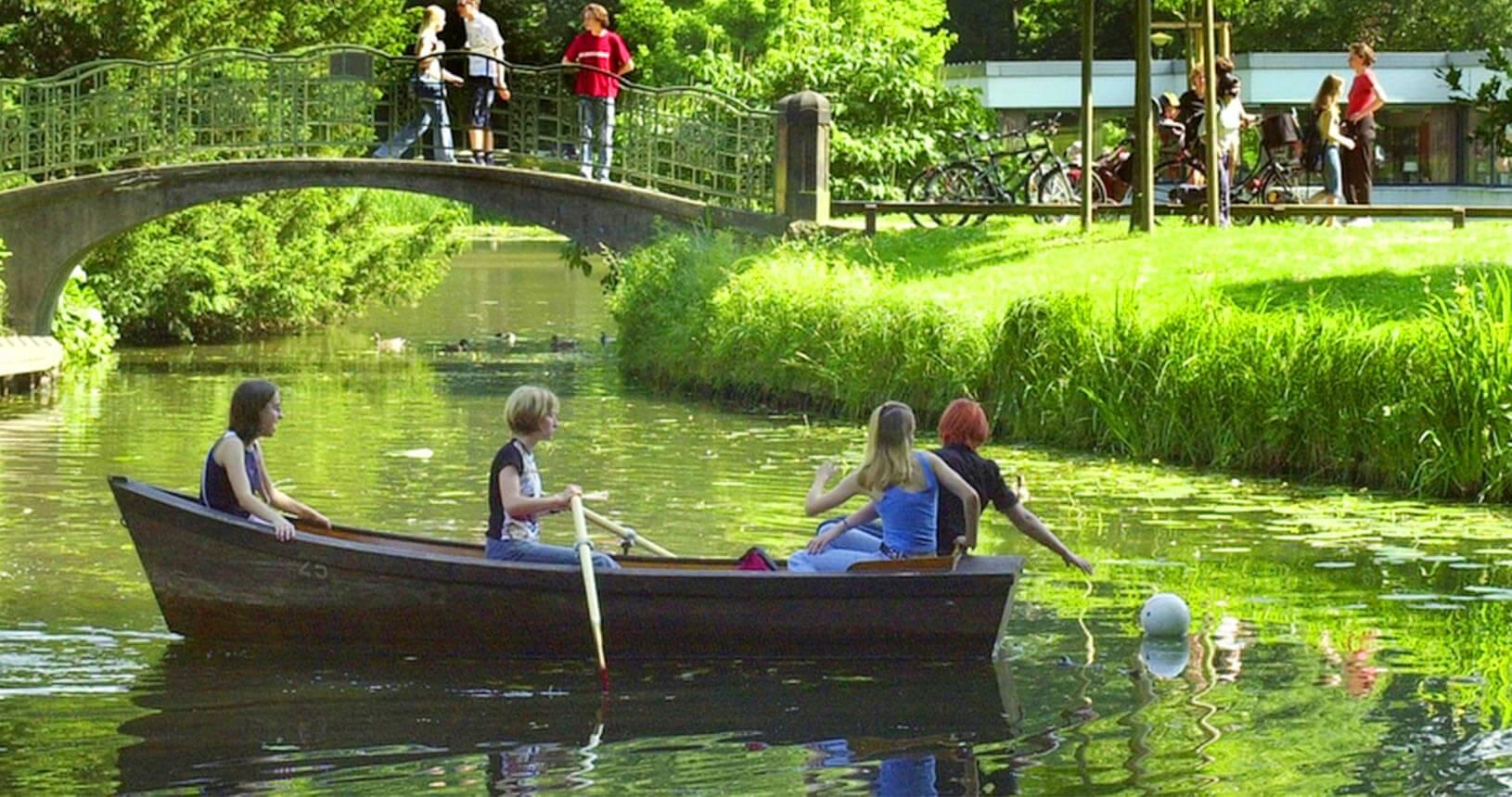 4 Frauen in Ruderboot im Bürgerpark