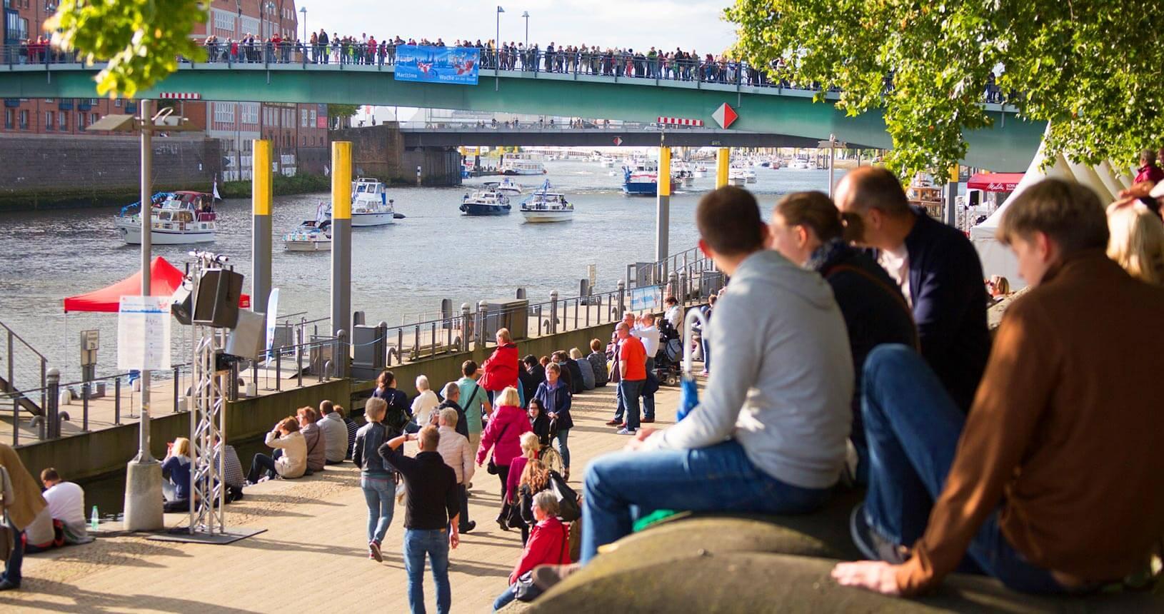 Menschen an der Schlachte und der Teerhofbrücke