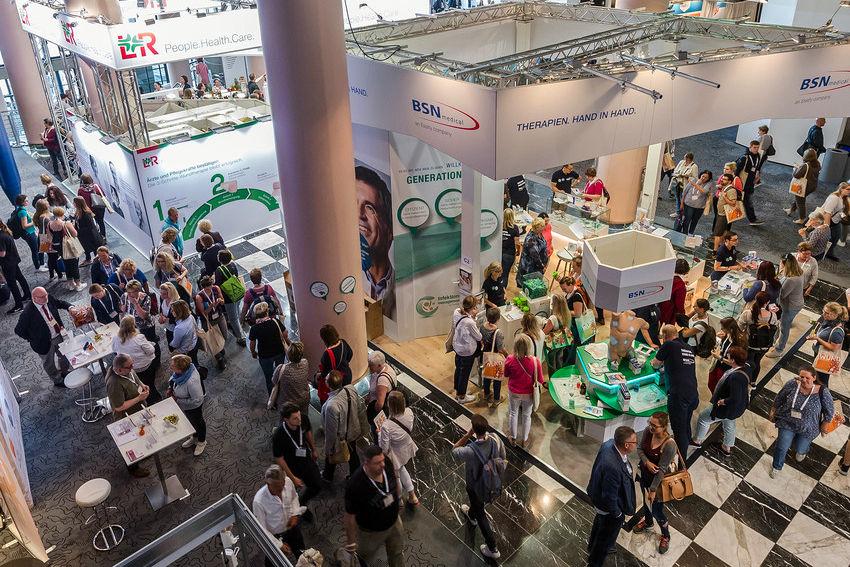 Blick von oben in die Fachausstellung zum DEWU Deutscher Wundkongress/Bremer Pflegekongress